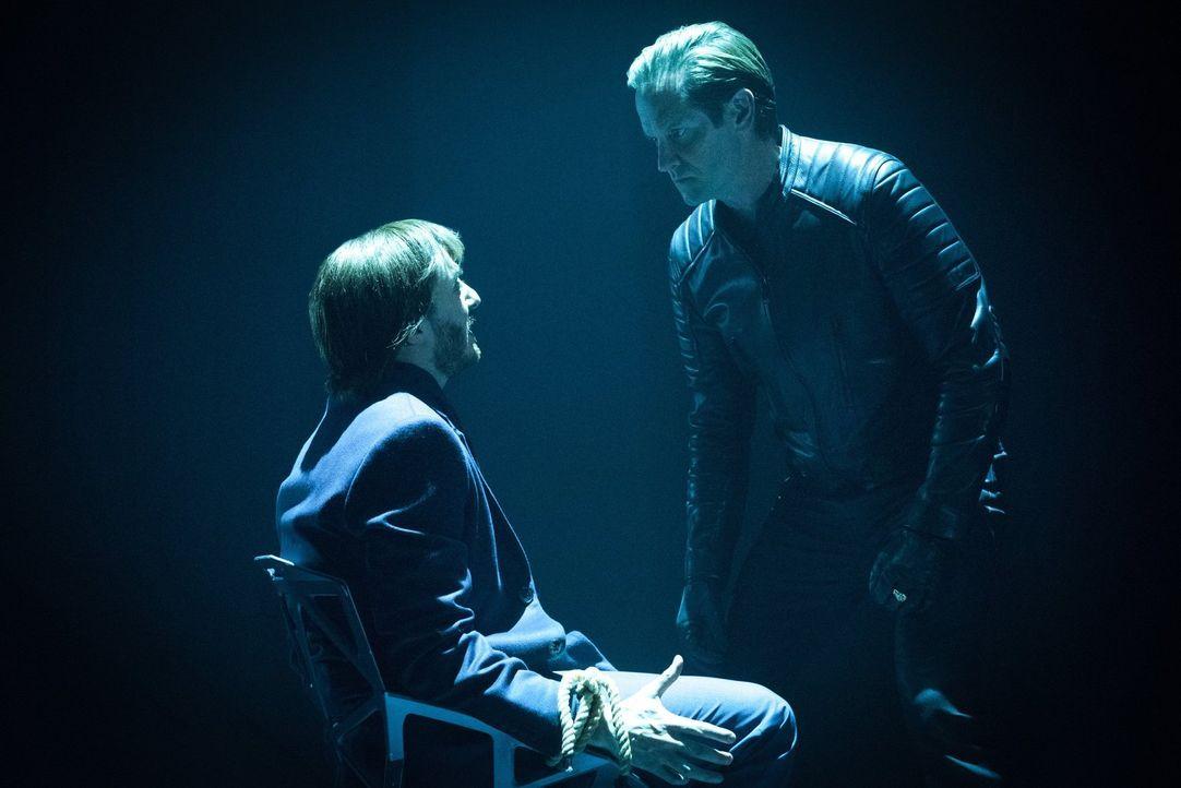 Eobard Thawne (Matt Letscher, r.) wird immer ungeduldiger und spielt sogar Damien und Malcolm gegeneinander aus, damit diese noch härter daran arbei... - Bildquelle: Warner Brothers
