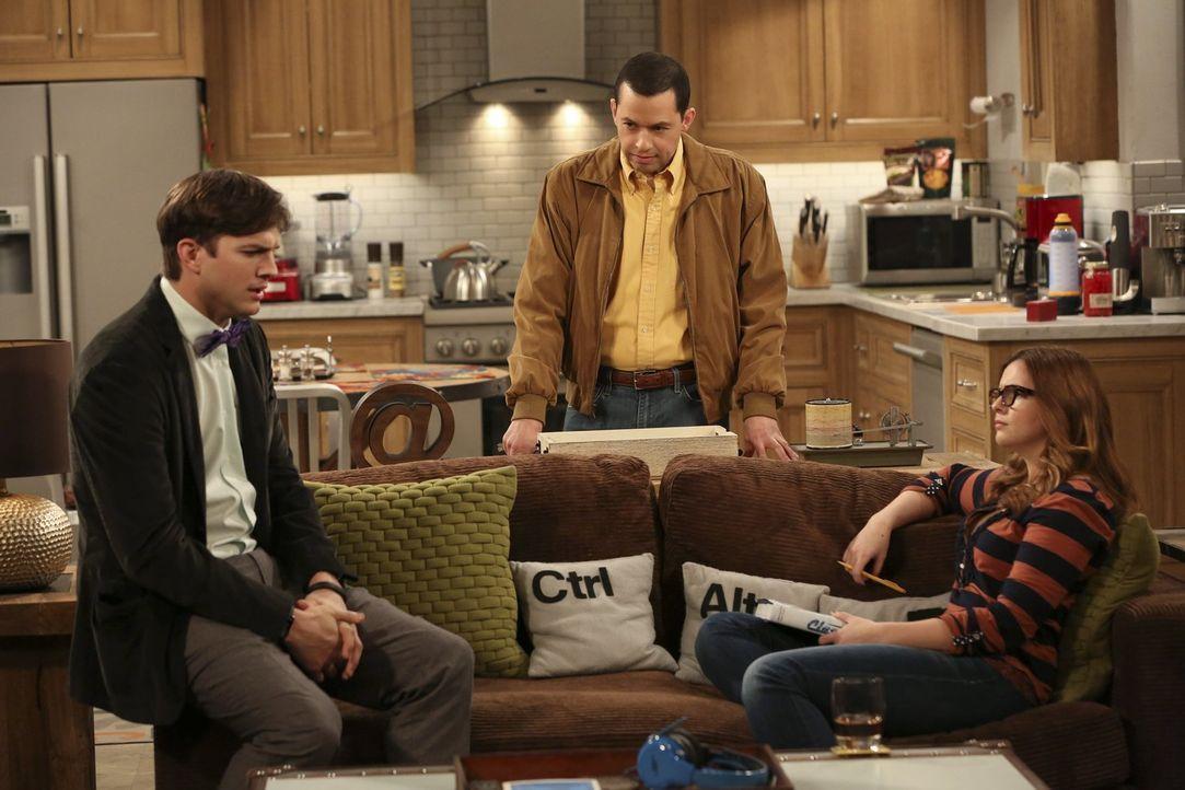 Walden (Ashton Kutcher, l.) kann einfach nicht fassen, dass sein Herz gebrochen wurde, während Alan (Jon Cryer, M.) unter dem Decknamen Jeff Starkma... - Bildquelle: Warner Brothers Entertainment Inc.