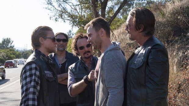 Als Jax (Charlie Hunnam, l.), Nero (Jimmy Smits, 2.v.l.), Tig (Kim Coates, M....