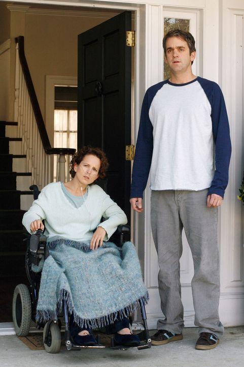 Rebecca (Jennifer Dundas, l.) und Art (Matt Roth, r.) sind geschockt über die Anschuldigung von Lynette ... - Bildquelle: 2005 Touchstone Television  All Rights Reserved