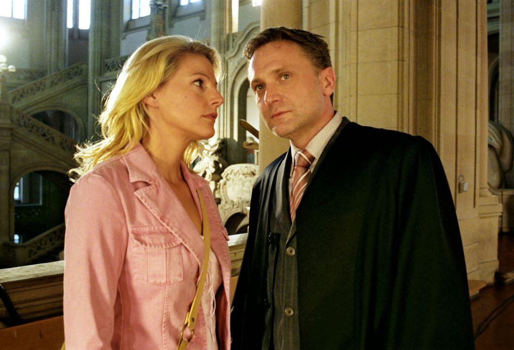 Sophie (Sophie Schütt, l.) und Roman (Bernhard Schir, r.) haben vor Gericht erwirkt, dass Jo auf Kaution freigelassen wurde. Doch beiden ist bisher... - Bildquelle: Noreen Flynn Sat.1