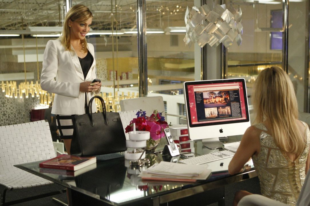 Kampf der blonden Powerfrauen - doch wer gewinnt? (v.l.n.r.: Ella - Katie Cassidy, Amanda - Heather Locklear) - Bildquelle: 2009 The CW Network, LLC. All rights reserved.