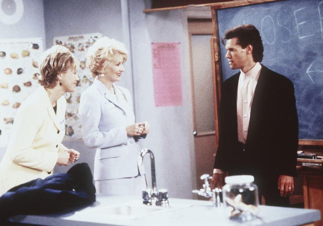 Während Sabrinas Tanten Zelda (Beth Broderick, r.) und Hilda (Caroline Rhea, l.) beim Elternabend in der Schule sind, taucht Sabrina mit dem verzau... - Bildquelle: Paramount Pictures