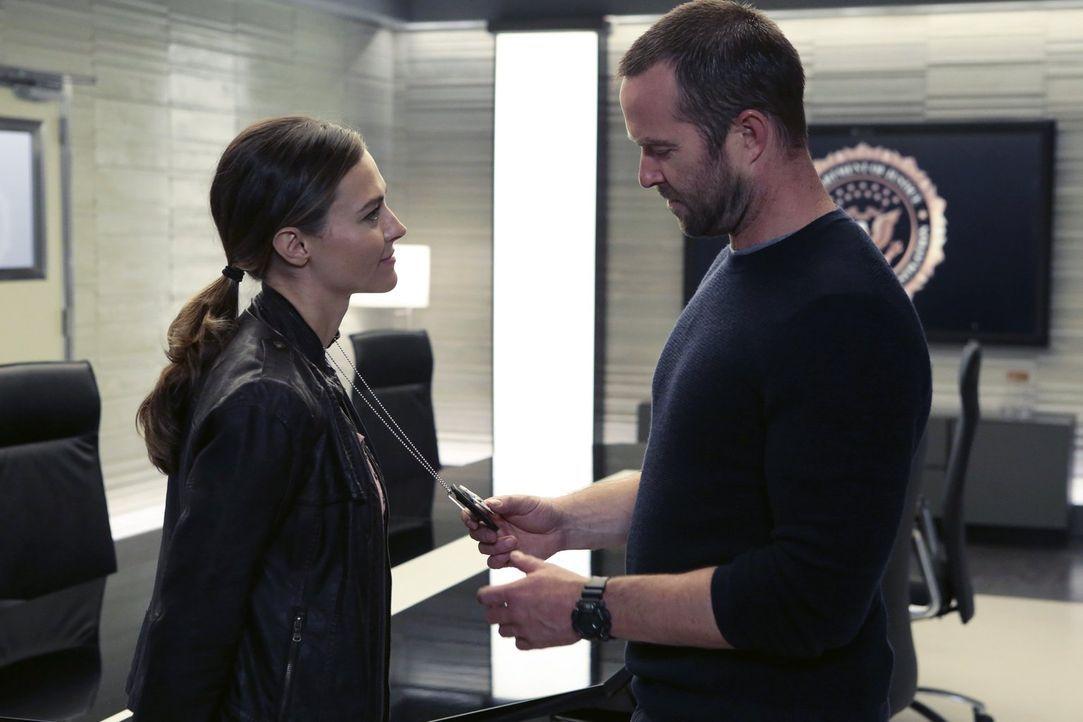 Ist die US Agentin Allison Knight (Trieste Kelly Dunn, l.) noch an Weller (Sullivan Stapleton, r.) interessiert? - Bildquelle: Warner Brothers