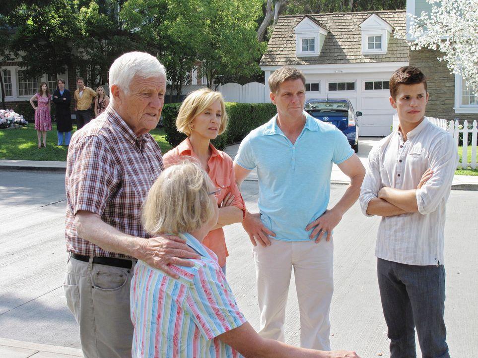 In der Wisteria Lane ist mächtig was los, nachdem Julie bewusstlos aufgefunden wurde: Roy (Orson Bean, l.), Mrs. McCluskey (Kathryn Joosten, 2.v.l.)... - Bildquelle: ABC Studios