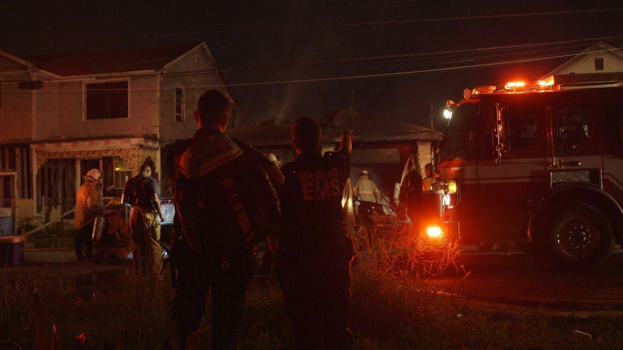 Während die Feuerwehrleute gegen die Flammen kämpfen, stehen die Rettungssanitäter Keeley Williams (vorne r.) und Ted Andressen (vorne l.) bereit, u... - Bildquelle: 2016 Wolf Reality, LLC and 44 Blue Productions.  All Rights Reserved.