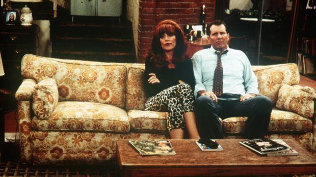 Peggy (Katey Sagal, l.) erklärt Al (Ed O'Neill, r.), dass es wieder nichts zu...