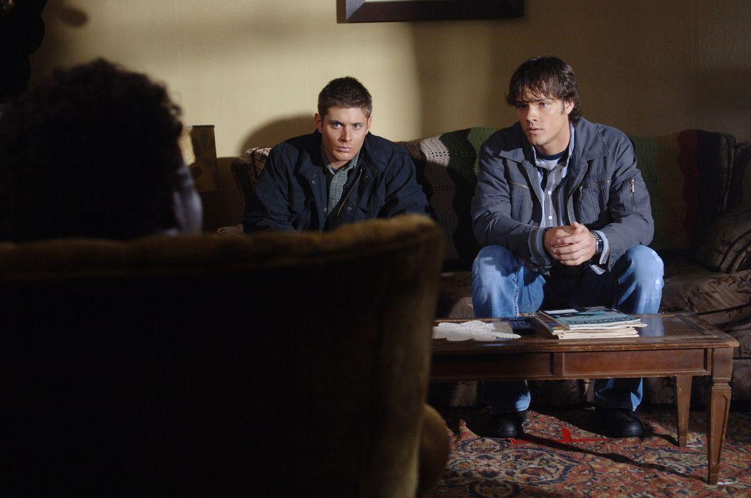 Sam (Jared Padalecki, r.) und Dean (Jensen Ackles, l.) sind sich sicher, dass ein Poltergeist in ihrem alten Haus sein Unwesen treibt ... - Bildquelle: Warner Bros. Television