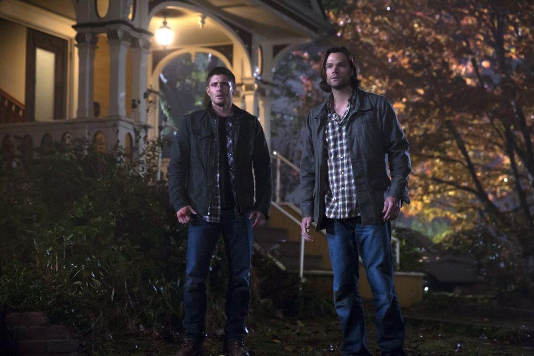 Während Sam (Jared Padalecki, r.) in den Schriften weiter nach einer Lösung für das Kainsmal sucht, versucht Dean (Jensen Ackles, l.) mit Hilfe eine... - Bildquelle: 2016 Warner Brothers