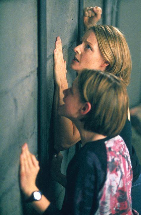 Sarah (Kristen Stewart, l.) und Meg (Jodie Foster, r.) glauben, nebenan Geräusche wahrgenommen zu haben. Sie klopfen an die Wand und schreien um Hil... - Bildquelle: 2003 Sony Pictures Television International. All Rights Reserved