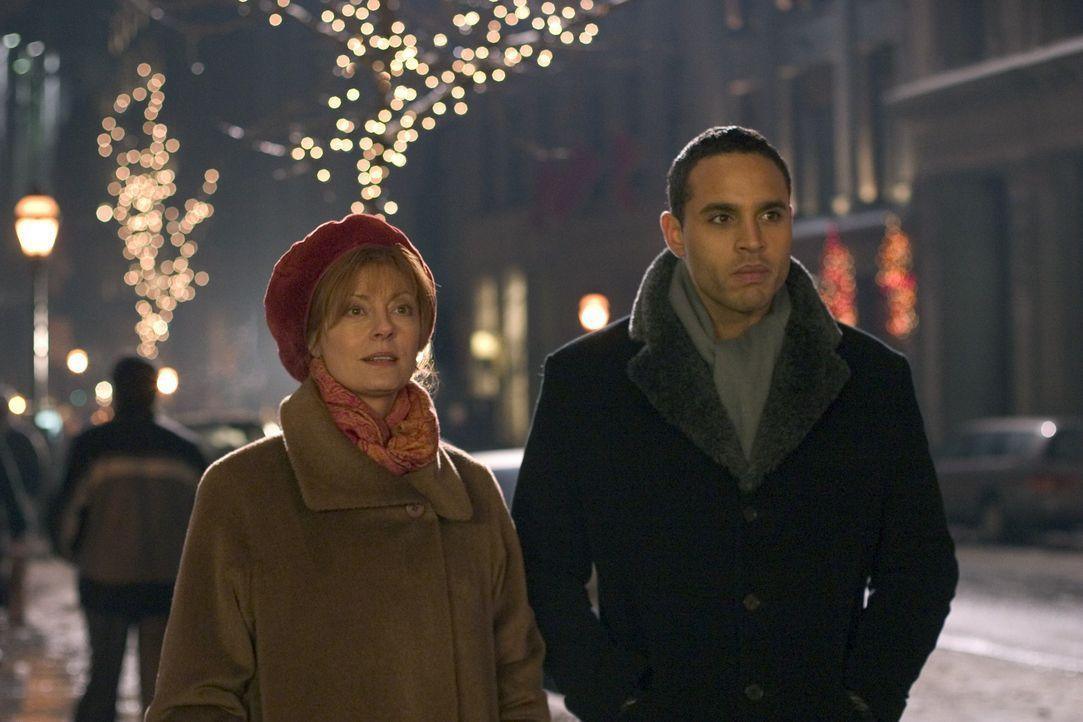 Weihnachten in New York: Marco (Daniel Sunjata, r.) und Rose (Susan Sarandon, l.) ... - Bildquelle: Red Rose Productions LLC