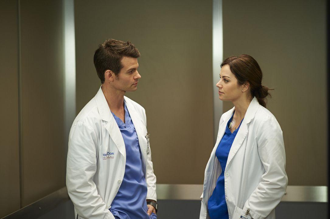 Noch ahnt Joel (Daniel Gillies, l.) nicht, wie schlecht es um Alex' (Erica Durance, r.) Gesundheit wirklich steht ... - Bildquelle: 2013  Hope Zee Two Inc.