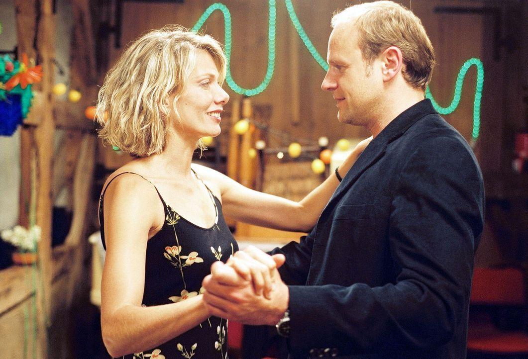 Nach der Beerdigung eines alten Freundes kommen sich Simone (Ursula Karven, l.) und Stefan (Oliver Stokowski, r.) näher ... - Bildquelle: Krumwiede Sat.1