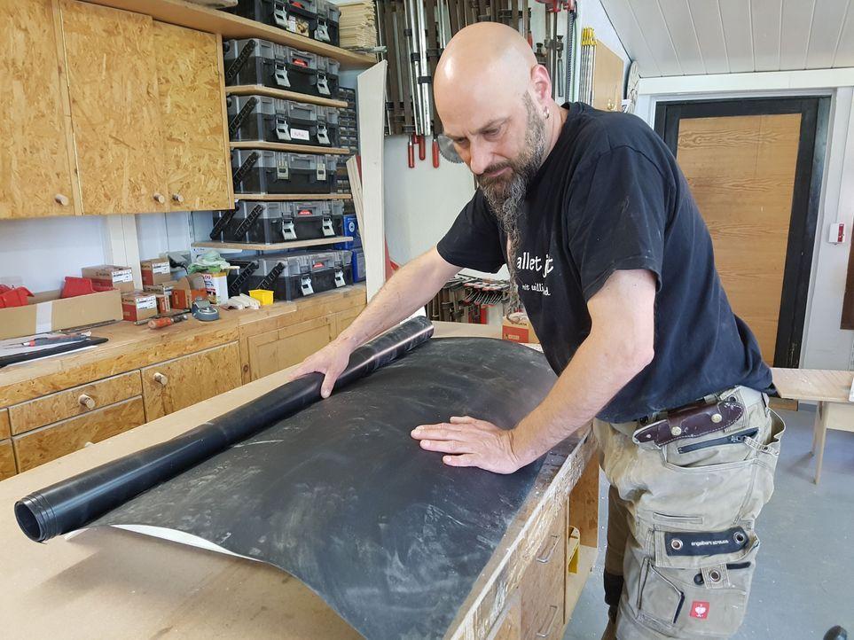 13. Schritt: Zum Schluss wird das Dach mit schwarzer Teichfolie beklebt.