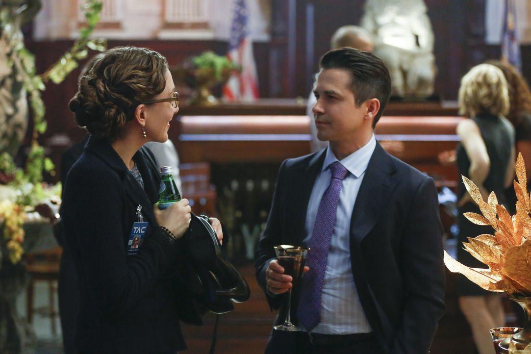Bull macht sich Sorgen, dass Benny (Freddy Rodriguez, r.) nicht sympathisch genug auf die Jury wirkt und damit seine Strategie durchkreuzen könnte.... - Bildquelle: Craig Blankenhorn 2016 CBS Broadcasting, Inc. All Rights Reserved.