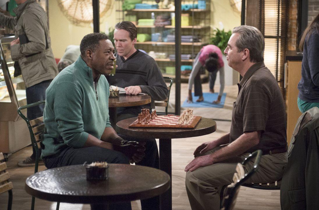 Als sich Tom (Beau Bridges, r.) mit Walter (Ernie Hudson, l.) zum Schachspiel verabredet, werden damit umlaufende Gerüchte verstärkt ... - Bildquelle: 2013 CBS Broadcasting, Inc. All Rights Reserved.