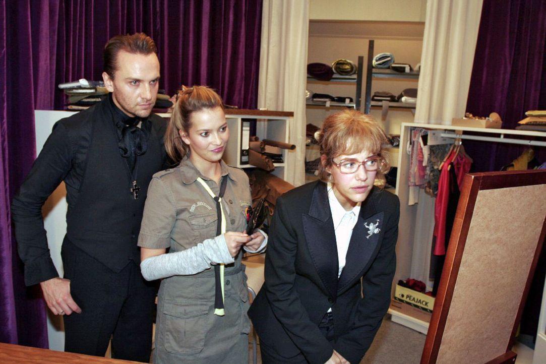 Mit Hilfe von Hugo (Hubertus Regout, l.) und Hannah (Laura Osswald, M.) versucht Lisa (Alexandra Neldel, r.) sich für den TV-Auftritt zurechtzumache... - Bildquelle: Noreen Flynn Sat.1