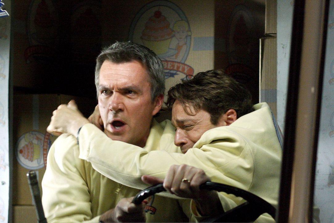 Mike (Neil Flynn, r.) und Bob (Chris Kattan, r.) müssen feststellen, dass Kuchenausliefern doch nicht so ein harmloser Job ist wie es scheint ... - Bildquelle: Warner Brothers