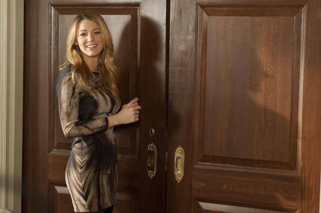 Blair ist - mit einer königlichen Aufpasserin im Schlepptau - aus den Flitterwochen zurück und versöhnt sich wieder mit Serena (Blake Lively) ... - Bildquelle: Warner Bros. Television