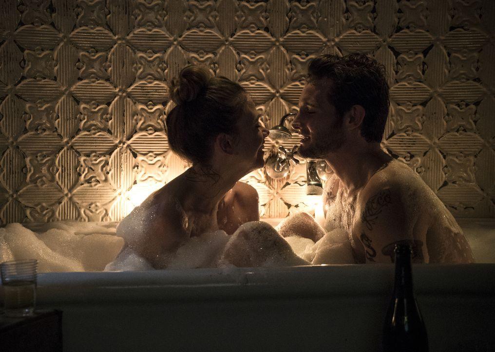 Noch sind Liza (Foster Sutton, l.) und Josh (Nico Tortorella, r.) glücklich miteinander, doch als Lizas Netz aus Lügen zu bröckeln beginnt, könnte s... - Bildquelle: Hudson Street Productions Inc 2015