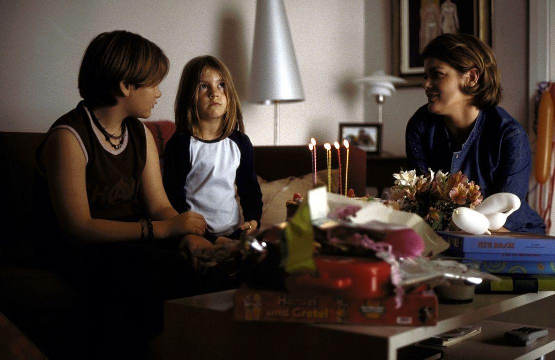 Der heiß ersehnte Tag ist gekommen: Susanne (Sina Richardt, M.) feiert ihren 6. Geburtstag mit ihrer Mutter Verena (Birge Schade, r.) und ihrem Bru... - Bildquelle: Boris Guderjahn ProSieben