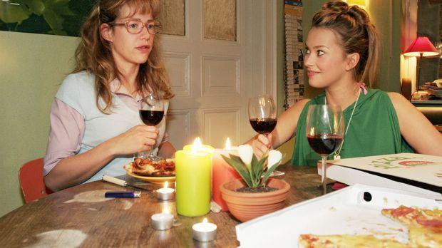 Hannah (Laura Osswald, r.) und Yvonne schlagen Lisa (Alexandra Neldel, l.) vo...