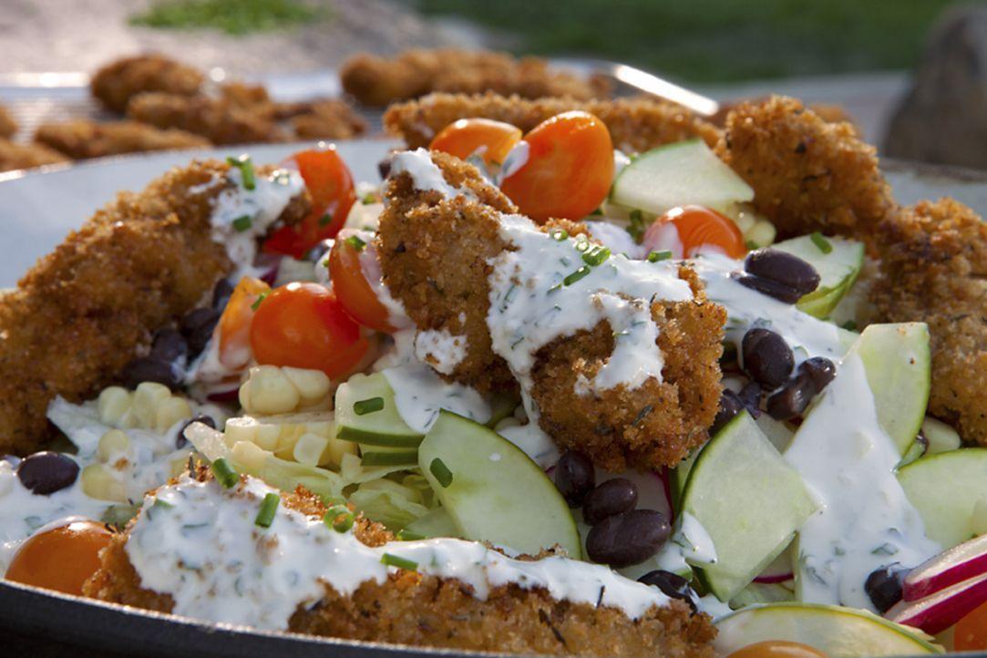 Der Salat mit gebratenem Hähnchen und Buttermilchdressing ist zugleich nahrhaft und ein einzigartiger Genuss ... - Bildquelle: 2012, Television Food Network, G.P. All Rights Reserved.