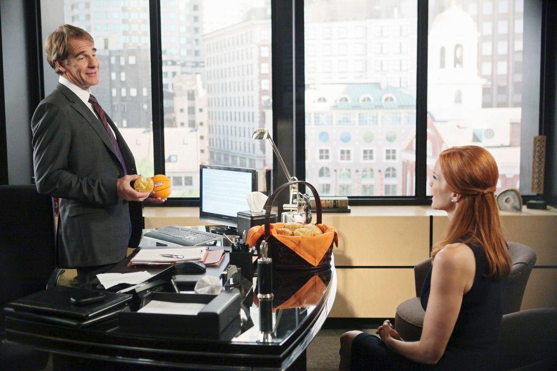 Bree (Marcia Cross, r.) versucht den berühmtberüchtigten Anwalt Trip Weston (Scott Bakula, l.) zu engagieren, da sie plötzlich die Hauptverdächtige... - Bildquelle: ABC Studios
