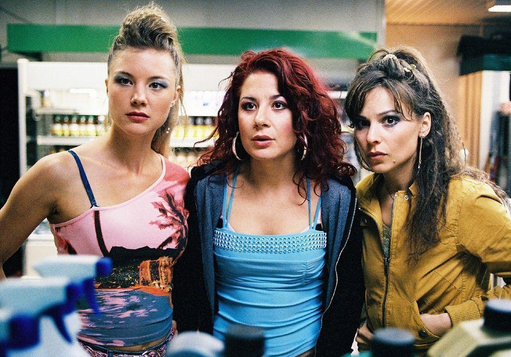 Mit dem Geld der geklauten Kasse vom Feuerwehrball wollen die drei Freundinnnen Jessica (Cordelia Wege, l.), Nora (Anita Matija, M.) und Lilly (Mina... - Bildquelle: Sat.1
