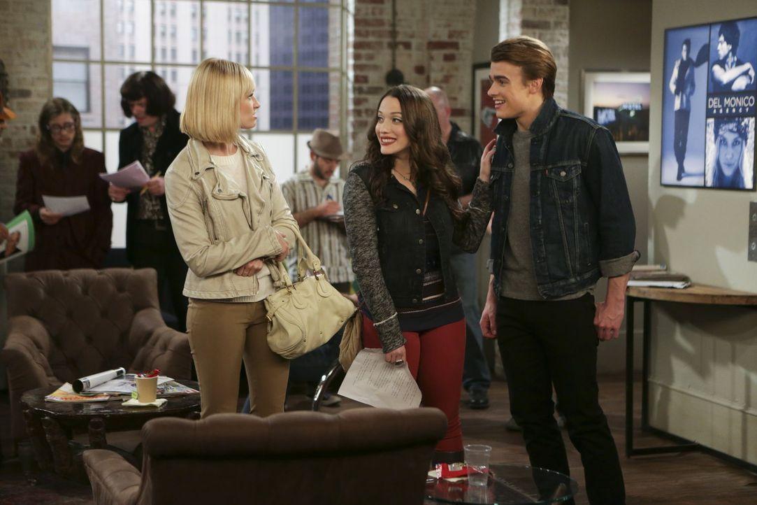 Wollen mit Nash (Austin Falk, r.) im Modelbusiness Fuß fassen: Max (Kat Dennings, M.) und Caroline (Beth Behrs, l.) ... - Bildquelle: Warner Bros. Television
