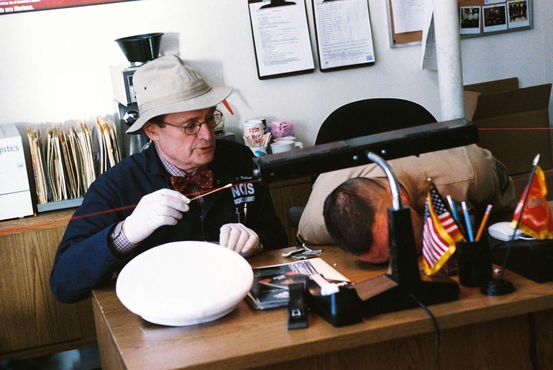 Um Licht ins Dunkle zu bringen, sucht Ducky (David McCallum, l.) am Tatort nach Spuren ... - Bildquelle: CBS Television