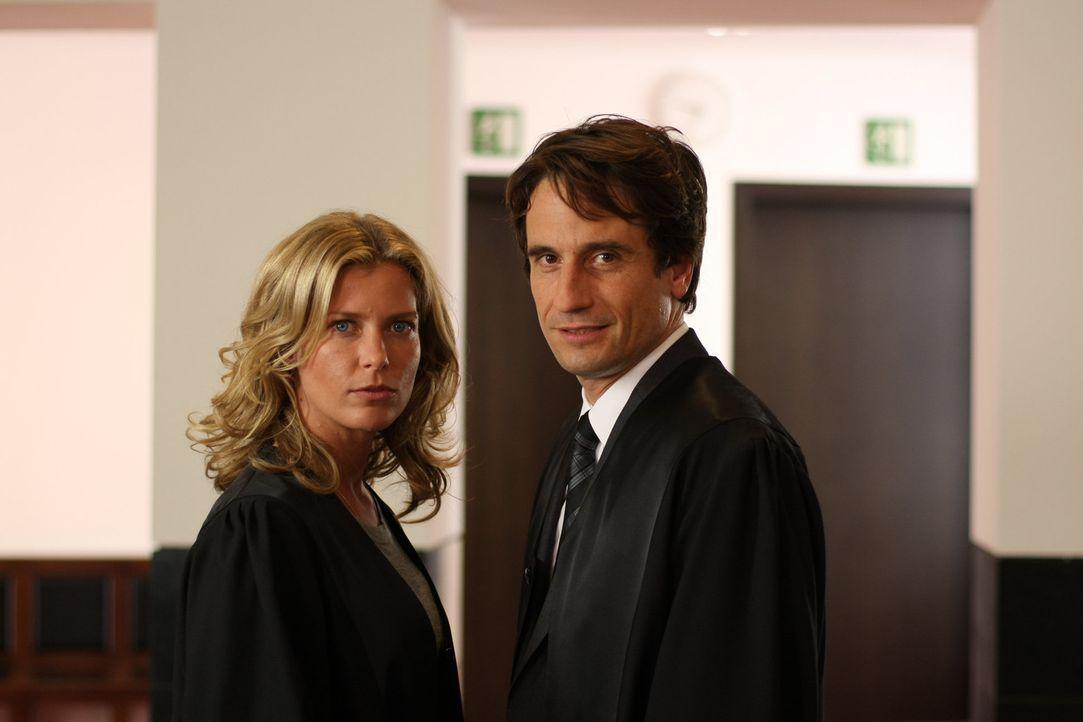 Als Maja (Valerie Niehaus, l.) in einem Scheidungskrieg brisante Informationen kundtut, glaubt Hanno (Oliver Mommsen, r.) sofort, dass die Anwältin... - Bildquelle: Jochen Röder SAT.1