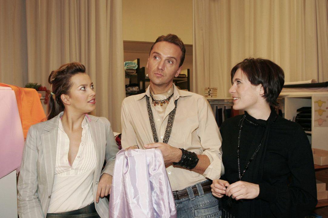 Hugo (Hubertus Regout, M.) ist glücklich, dass Britta (Susanne Berckhemer, r.) wieder in seiner Nähe ist. Doch als Hannah (Laura Osswald, l.) und Britta ihm berichten, dass sie in einer Theaterwerkstatt anfangen kann zu arbeiten, ist er davon überhaupt nicht begeistert.