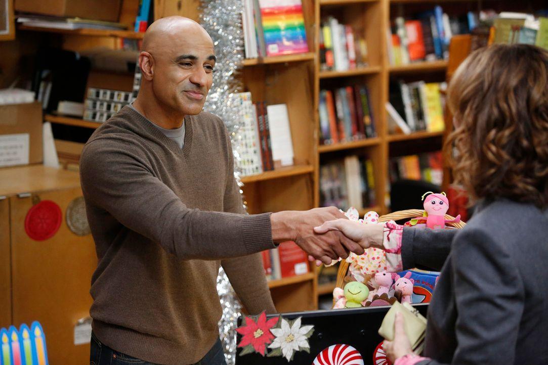 Bei einem Einkauf in einem Buchladen, wird Violet (Amy Brenneman, r.) von Charles (Faran Tahir, l.) wegen ihrem Buch erkannt ... - Bildquelle: ABC Studios