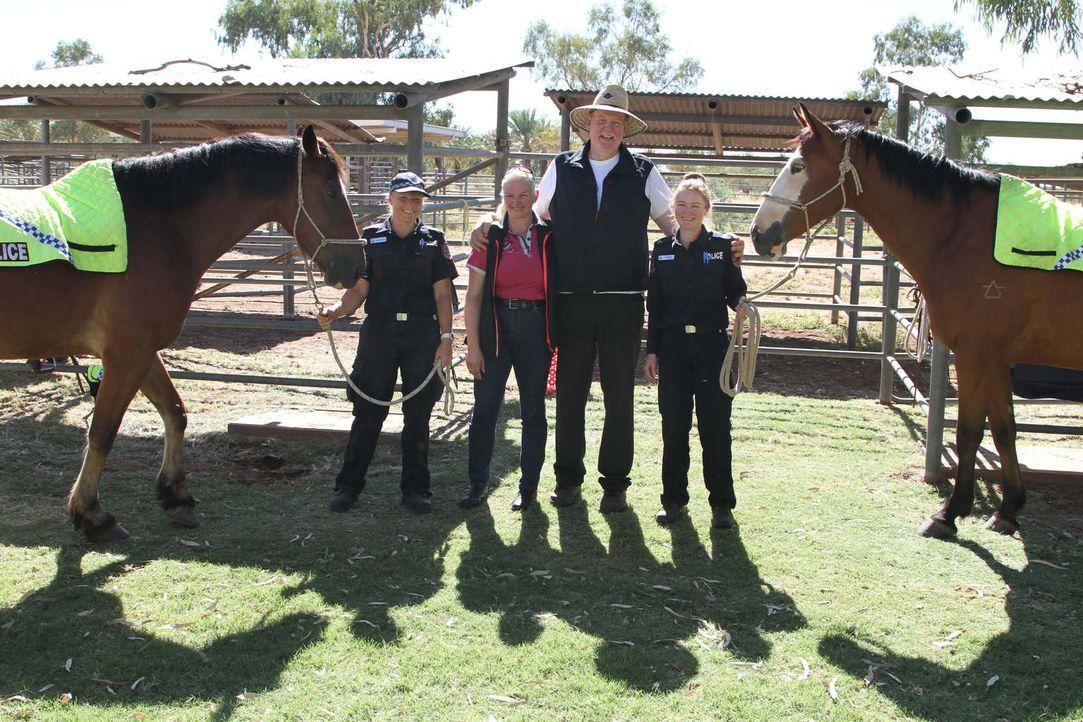 Tamme Hanken (2.v.r.) und seine Frau Carmen (2.v.l.) reisen nach Australien und statten den Polizeipferden einen Besuch ab ... - Bildquelle: kabel eins