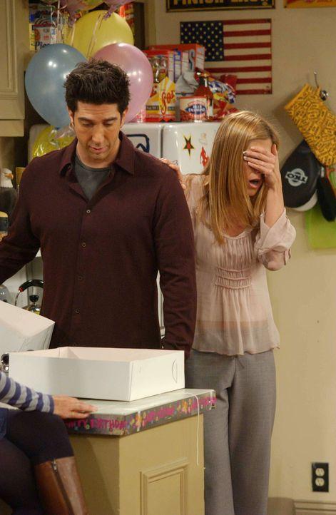 Als Rachel (Jennifer Aniston, r.) Emmas Geburtstagstorte sieht, kann sie an einen guten Ausgang der Party nicht mehr glauben. Doch Ross (David Schwi... - Bildquelle: 2003 Warner Brothers International Television