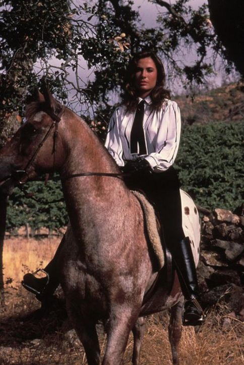(5. Staffel) - Melissa (Ana Alicia) stellt weiterhin Pater Christopher nach ... - Bildquelle: 1985   Warner Brothers