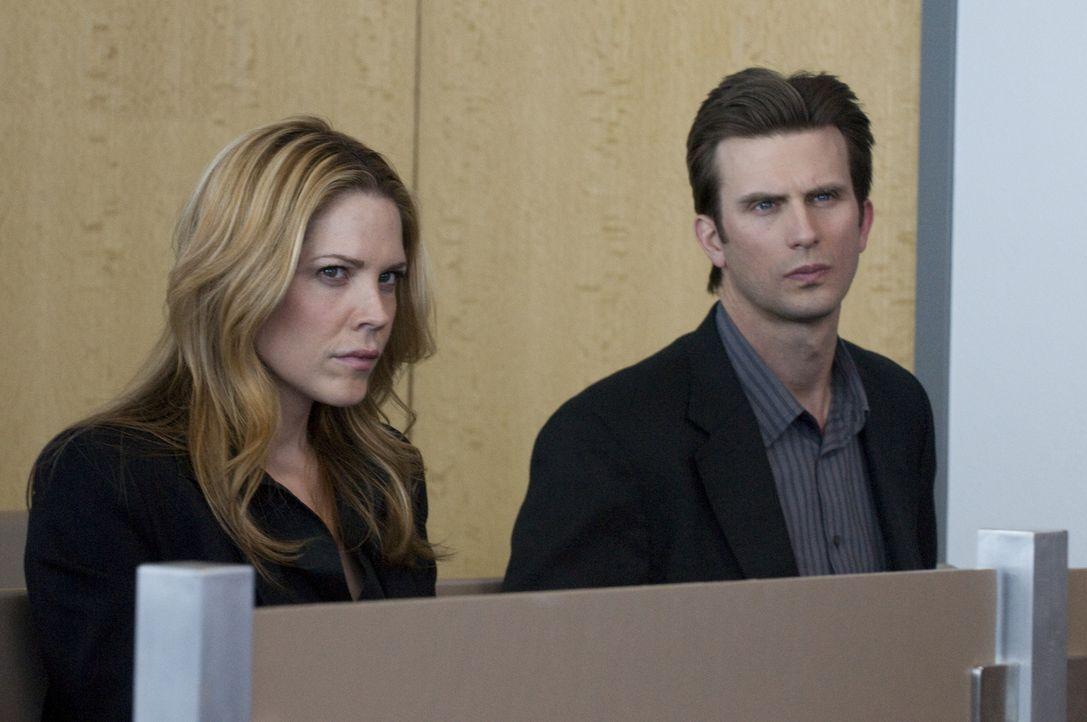 Die Ermittlungen gegen Marys (Mary McCormack, l.) Schwester lassen sie und ihren Partner Marshall (Frederick Weller, r.) sich noch mehr vom FBI dist... - Bildquelle: USA Network