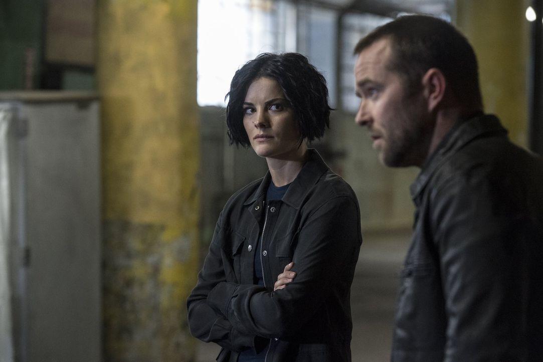 Weller (Sullivan Stapleton, r.) und Jane (Jaimie Alexander, l.) verschwinden nach einem Undercover-Einsatz spurlos. Sie hatten sich über eine Intern... - Bildquelle: Warner Brothers