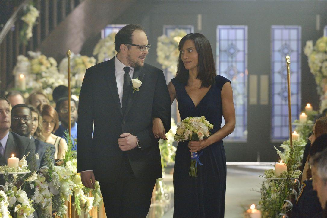 Warten J.T. (Austin Basis, l.) und Tess (Nina Lisandrello, r.) wirklich, bis die Hochzeit vorbei ist, bevor sie Vincent und Catherine von ihrer Tren... - Bildquelle: Ben Mark Holzberg 2015 The CW Network, LLC. All rights reserved.