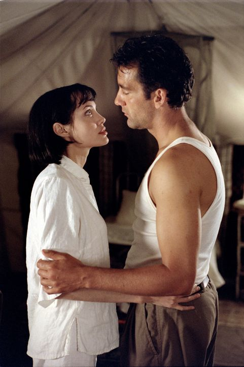 Sarah (Angelina Jolie, l.) ist felsenfest entschlossen, an der Seite von Nick (Clive Owen, r.) zu arbeiten und die neue Leidenschaft am Leben auszuk... - Bildquelle: Paramount Pictures