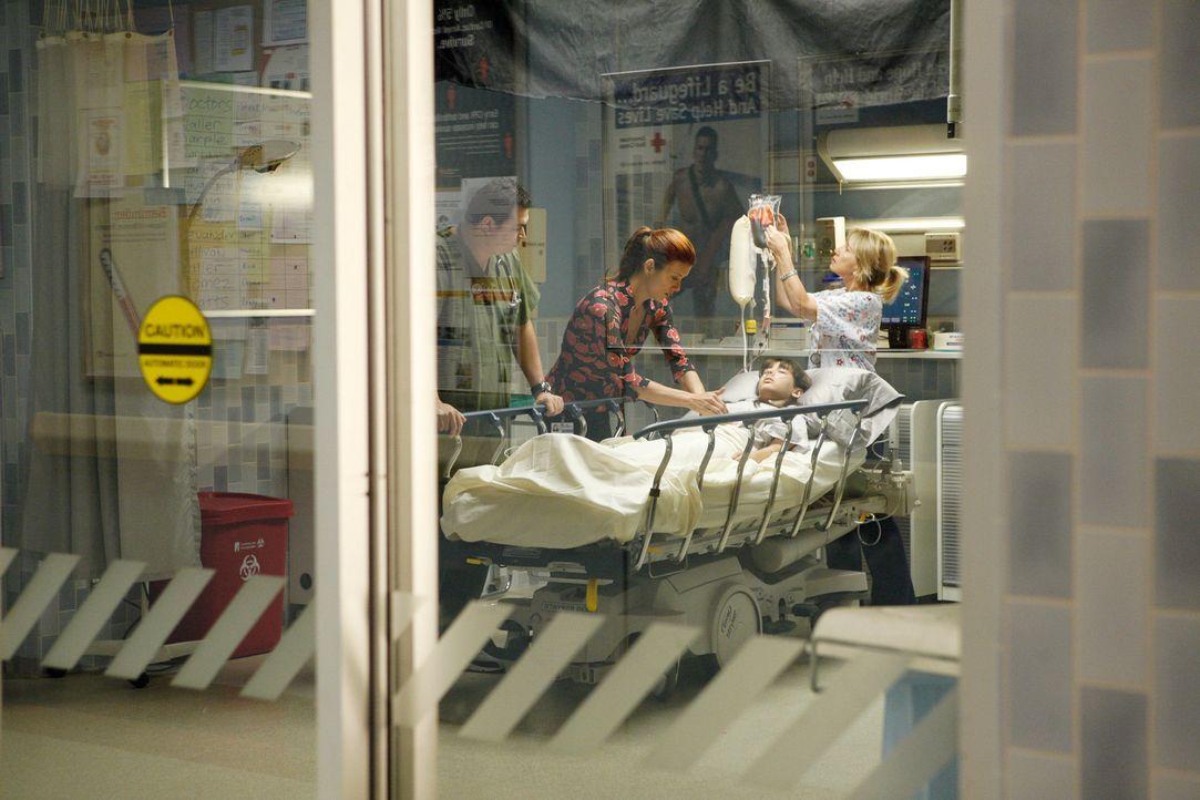 Um Ruby (Hannah Marks, liegend) steht es schlecht, doch Addison (Kate Walsh, 2.v.l.) versucht alles um sie zu retten ... - Bildquelle: 2007 American Broadcasting Companies, Inc. All rights reserved.