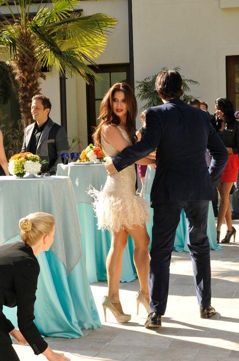 Als Carmen (Roselyn Sanchez, M.) ein Glas runterschmeißt, ahnt sie, dass sie Probleme mit Odessa (Melinda Page, l.) bekommen wird ... - Bildquelle: ABC Studios