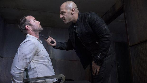 In der Hand seiner Entführer (Dale Pavinski, r.) wird Weller (Sullivan Staple...