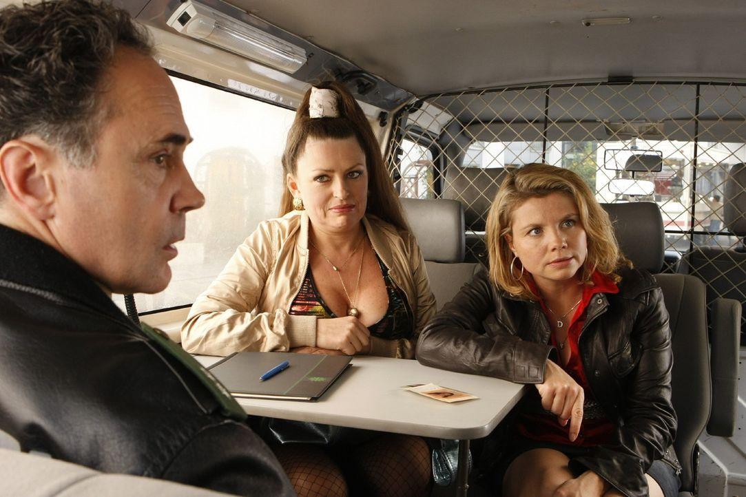 Danni (Annette Frier, r.) hat ein Problem: Als sie mit einer Mandantin, der Prostituierten Eva (Irina Miller, M.), unterwegs ist, wird sie fälschlic... - Bildquelle: Frank Dicks SAT.1