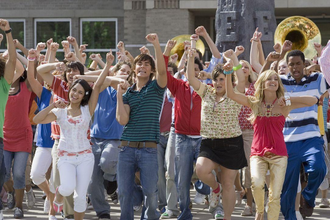 Endlich Ferien! Troy (Zac Efron, M.r.) und seine Freundin Gabriella (Vanessa Anne Hudgens, M.l.) freuen sich, dass sie einen tollen Ferienjob ergatt... - Bildquelle: Buena Vista International Television