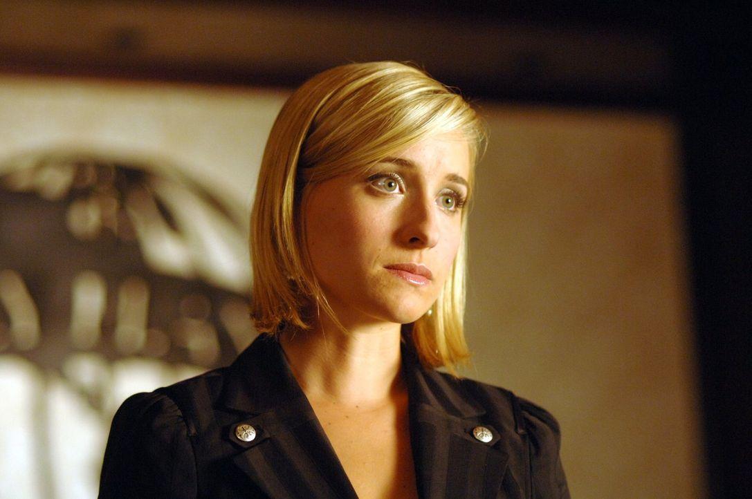 Während Lana damit zu kämpfen hat, eine gute Verbindung fürs College zu finden, bewirbt sich Chloe (Allison Mack) beim Daily Planet ... - Bildquelle: Warner Bros.