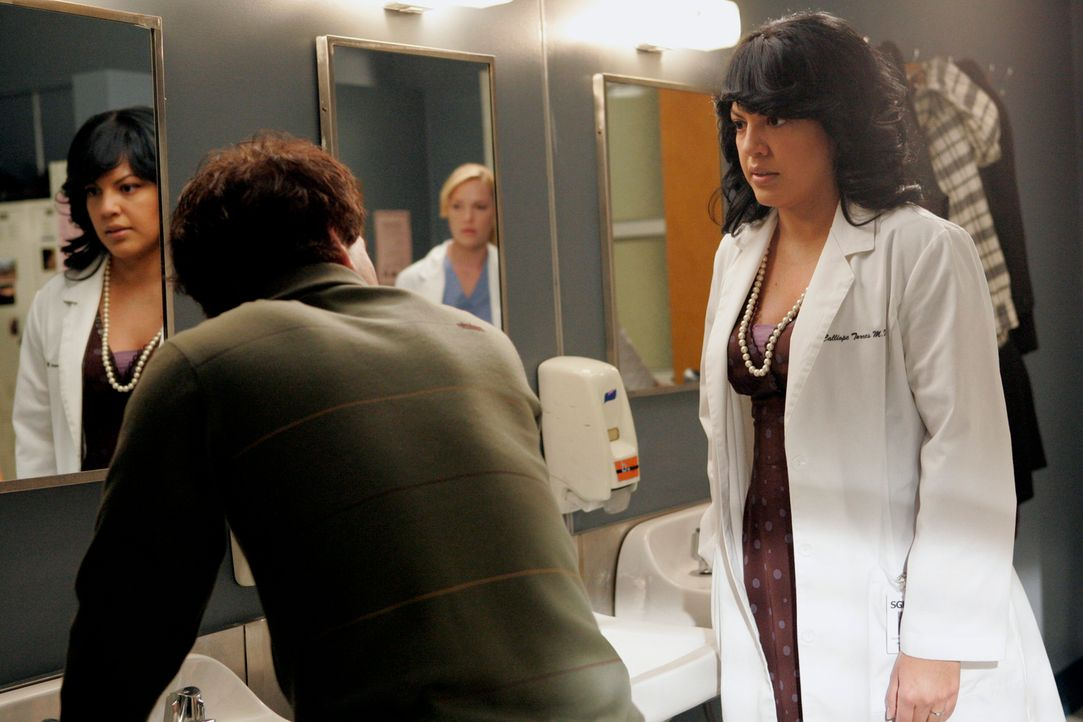 Callie (Sara Ramirez, r.) bittet George (T. R. Knight, l.), für ihren Vater, der sie besuchen kommt, das perfekte Paar zu spielen, das niemals stre... - Bildquelle: Touchstone Television