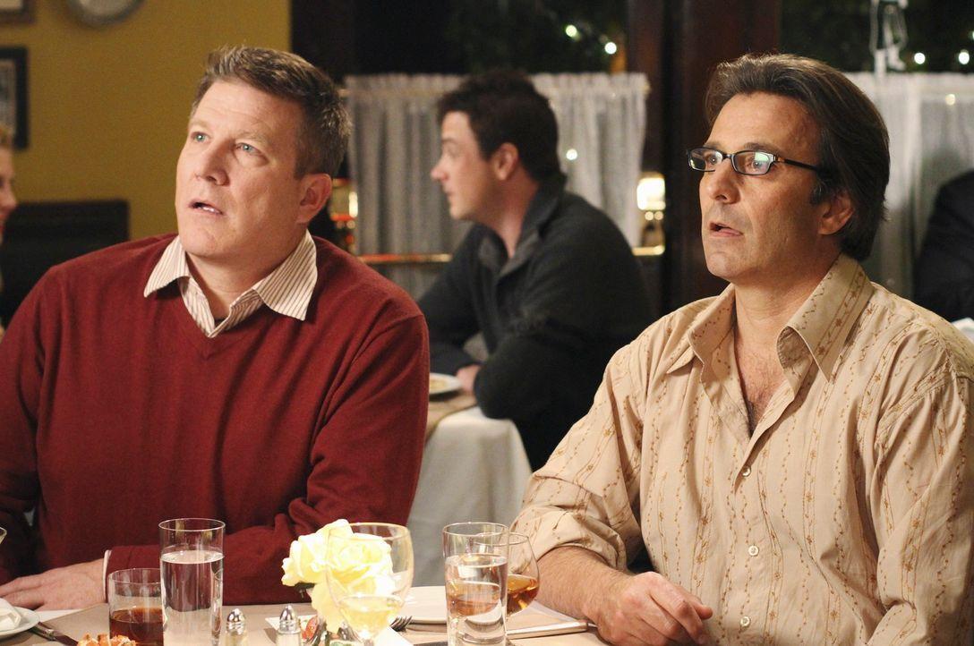 Katherine und Robin wollen auf ihre Freundschaft anstoßen. Es dauert allerdings nicht lange, bis zwei Männer (Eric Lutes, r.) und (Scott Haven, l.)... - Bildquelle: ABC Studios