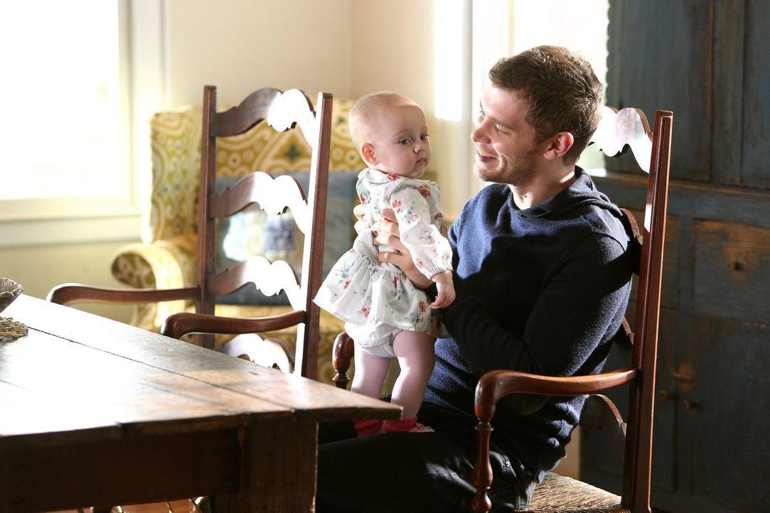 Klaus (Joseph Morgan) genießt die Zeit mit seiner Tochter. Wird die unbeschwerte Familienzeit mit einem bösen Erwachen enden? - Bildquelle: Warner Bros. Television